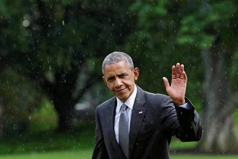 Yhdysvaltain presidentti Barack Obama vilkutti kuvaajille Valkoisen talon nurmella kesäkuussa. Hän oli palaamassa matkalta, jolla hän kävi tervehtimässä Yhdysvaltojen armeijan haavoittuneita sotilaita Walter Reedin sotilassairaalassa lähellä Washingtonia Bethesdassa.