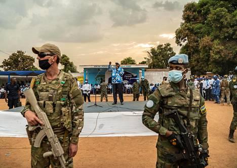 Keski-Afrikan tasavallan presidentti Faustin-Archange Touadéra puhui koronarajoitusten kuihduttamassa kampanjatilaisuudessa pääkaupunki Banguissa toissa lauantaina.