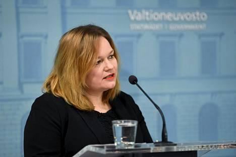 Perhe- ja peruspalveluministeri Krista Kiuru (sd) puhui hallituksen koronatilannekatsauksessa Helsingissä keskiviikkona.
