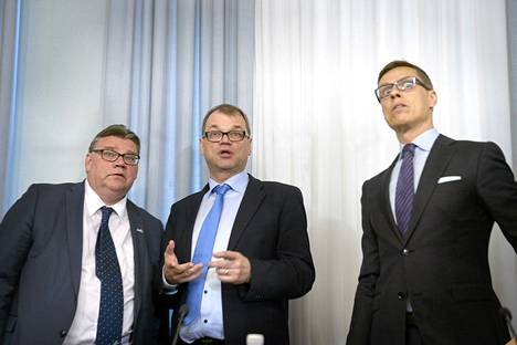 Perussuomalaisten Timo Soini, keskustan Juha Sipilä ja kokoomuksen Alexander Stubb pitivät hallitusneuvottelujen ensimmäisen tiedotustilaisuuden Smolnassa perjantaina.
