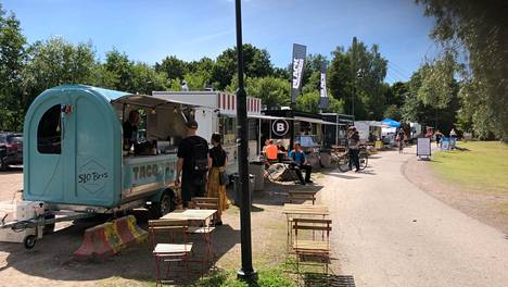 Lukuisat ruokarekat tarjoilevat hiukopalaa Vanhankaupunginkoskella ja Viikissä ulkoileville kaupunkilaisille.