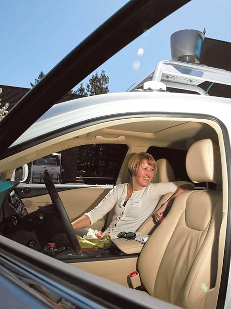 У Google сейчас имеется примерно десять автомобилей, которые могут ездить без водителя. Один из них –  белый Lexus, на котором прокатилась журналист Танья Айтамурто в Калифорнии.