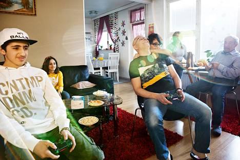 Tamara Albachan (toinen oik.) ja Hussam Azzamin (keskellä) perheeseen kuuluu kolme lasta: 16-vuotias Hamza (vas.), 11-vuotias Lamar ja 9-vuotias Rayan. Myös Tamaran isä Fadel Albacha asuu saman katon alla Roihuvuoressa.