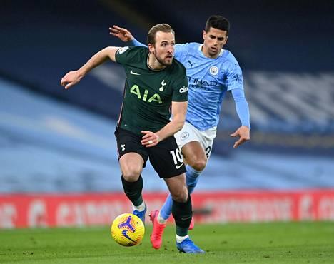 Tottenhamin Harry Kane (edessä) ja Manchester Cityn João Cancelo kohtaavat huhtikuun lopulla Englannin liigacupin finaalissa 8000 katsojan edessä. Kuva helmikuulta.