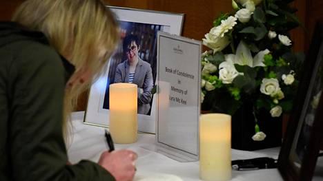 Londonderryssä mellakan yhteydessä surmatun Lyra McKeen muistokirjaa pidettiin esillä viime huhtikuussa.