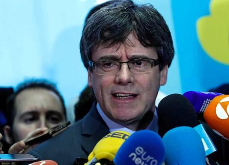 Katalonian entinen aluejohtaja Carles Puigdemont puhui medialle Brysselissä 24. tammikuuta.