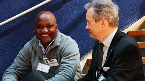 Namibialainen yrittäjä Moses Helao (vas.) Timo Palanderin kanssa Namibia-Suomi bisnesseminaarissa. Palander on Suomen yrittäjien edustaja kehityspoliittisessa toimikunnassa.