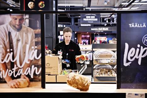 Myyjä Laura Kipinäinen keräsi verkkotilausta Ison Omenan K-Citymarketissa maanantaina.
