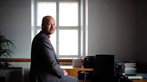 Teemu Laajasalo on toiminut Helsingin piispana pian kolme vuottaa. Hän myötää ajan olleen rankkaa rahankäytön epäselvyyksiin liittyneiden tutkintojen takia.