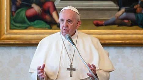 Paavi Franciscus on pitänyt pandemian aikana livelähetyksiä Vatikaanista käsin. Kuvassa paavi livelähetyksessä 24. maaliskuuta.