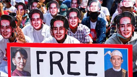 Aung San Suu Kyi -naamareihin sonnustautuneet mielenosoittajat vaativat syrjäytetyn valtiokanslerin Aung San Suu Kyin ja syrjäytetyn presidentin Win Myintin vapauttamista Yangonissa sunnuntaina.