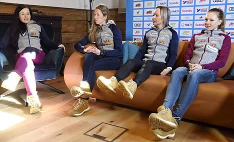Krista Pärmäkoski (2. osuus), Laura Mononen (aloittaja), Riitta-Liisa Roponen (3:s) ja Eveliina Piippo (ankkuri) ovat naisten viestijoukkueen hiihtäjät.