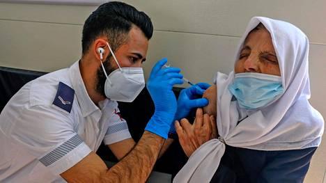 Palestiinalaisnainen sai rokotteen rokotusvaunulla Damaskoksen portilla Jerusalemin vanhankaupungin laidalla viime perjantaina.