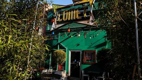 Asemies hyökkäsi aiemmin joulukuussa Comet Ping Pong -pitseriaan Washingtonissa luettuaan valeuutisia ravintolasta. Valeuutisten mukaan pitseriassa toimi Hillary Clintonin johtama pedofiilirinki.
