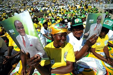 Presidentti Robert Mugaben kannattajia Hararessa.
