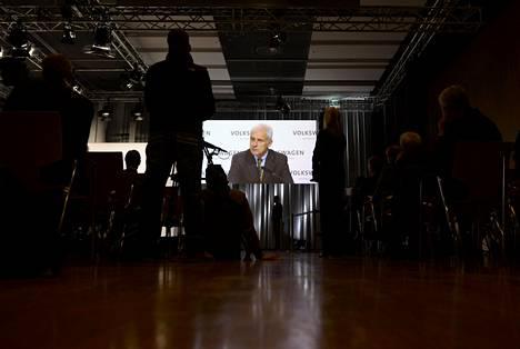 Volkswagenin pääjohtaja Matthias Müller lupasi torstaina, että yhtiö selvittää sitä ravistelevan päästökohun juurta jaksaen.