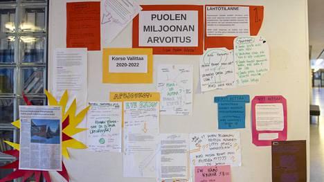Vantaalla Ruusuvuoren koululla oppilaat järjestivät keskustelutilaisuuden, johon on kutsuttu kaupungin päättäjiä.