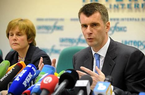 Mihail Prohorov piti tiedotustilaisuuden uuden puolueen perustamisesta Moskovassa maanantaina. Vieressä Prohorovin sisko Irina.