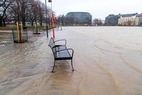Talvimyrsky nosti veden kävelytielle Helsingin Tokoinrannassa. Kuva on lukijan ottama.