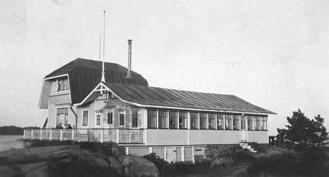 Kahvila Neljän tuulen tupa sijaitsee Pienellä Mäntysaarella Hangossa.