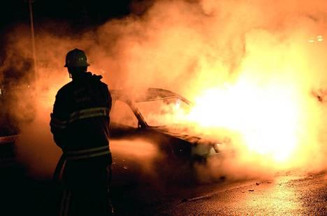 Palomies sammutti autopaloa Tukholman Kistan lähiössä tiistain ja keskiviikon välisenä yönä.