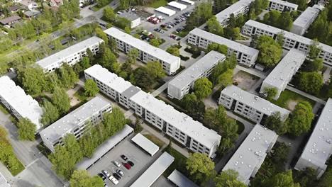 Siltamäki on tyypillinen lähiö, jossa matalien talojen välissä on parkkipaikkoja. Alueelle ei kuitenkaan saatu täydennysrakentamista.