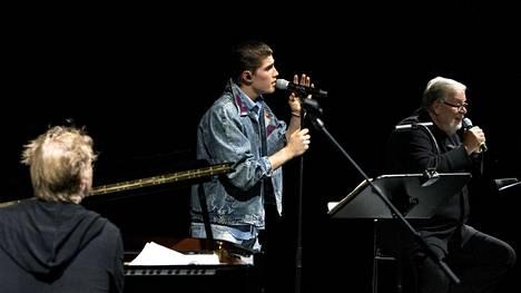 Pianisti Iiro Rantala (vas.) ja laulaja Robin Kansallisoopperan lavalla yhdessä Matti Salmisen kanssa.