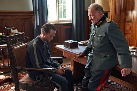 Bruno Ganz (oik.) esittää elokuvassa sotaoikeuden tuomaria.
