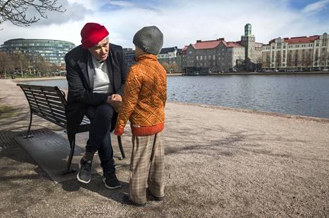 Pirkko Saision tuorein teos on tarinakokoelma isovanhemmuudesta. Sen yksi päähenkilö on nyt 7-vuotias Elsa-tyttären esikoispoika, kirjassa nimellä Spuuki Spaidermän.