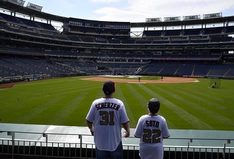 Fanit seurasivat harjoituksia ennen Washington Nationalsin ja Atlanta Bravesin ottelua 6. huhtikuuta Washingtonissa.