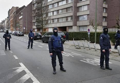 Poliisit päivystivät Salah Abdeslamin etsintäoperaation yhteydessä Brysselissä Molenbeekin kaupunginosassa maaliskuussa 2016.