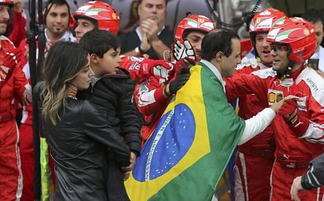 Ferrari muisti Felipe Massaa tunteikkaasti tämän viimeisen Brasilian gp:n jälkeen marraskuussa 2016. Massan kilpailu päättyi keskeytykseen.