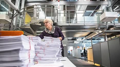 Entisessä paperitehtaassa työskentelevän Merja Lappalaisen mukaan nykyään pyritään sähköisiin toimintoihin, mutta joissain asioissa paperiakin yhä tarvitaan. SOK Palvelukeskus toimii tehtaan vanhassa pakkaamossa.