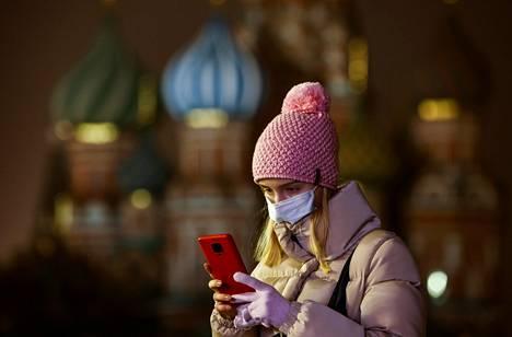 Nainen käytti kännykkäänsä Punaisella torilla Moskovassa viime marraskuussa.