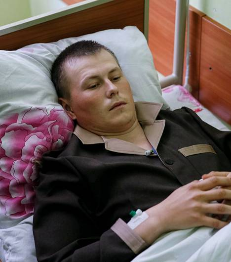 Vangituksi venäläiseksi väitetty mies sairaalassa Kiovassa.