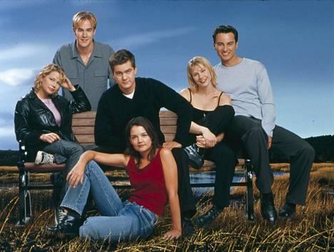 Dawson's Creek -teinisarjaa (1998–2003) katsottiin Suomessakin, ja nyt se löytyy Netflixistä. Kuvassa Jen (Michelle Williams, vas.), Dawson (James Van der Beek), Pacey (Joshua Jackson), Joey (Katie Holmes), Andie (Meredith Monroe) ja Jack (Kerr Smith).