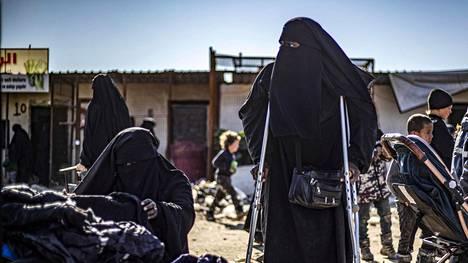 Ranskalainen nainen käveli kainalosauvojen avulla al-Holin pakolaisleireillä Syyriassa tammikuussa.
