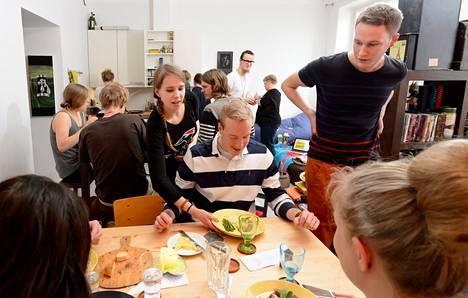 Tuomas Pönni ja 69 muuta vierasta saivat Töölössä eteensä lampaanfilettä, perunamuhennosta ja haricot-papuja minttu-bearnaisekastikkeella. Tarjoiluvuorossa ovat Vilma Talvitie ja Ossi Kaikkonen.