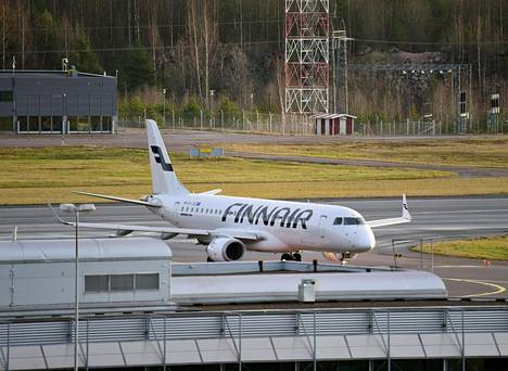 Finnairin Embraer E190LR -matkustajakone Helsinki-Vantaan lentokentällä Vantaalla maanantaina 23. marraskuuta 2020.