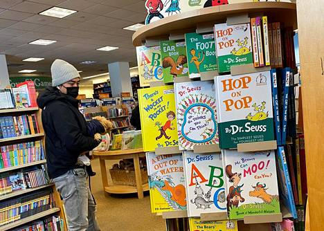 Dr. Seussin kirjoja myynnissä brooklyniläisessä kirjakaupassa New Yorkissa maaliskuun alussa.