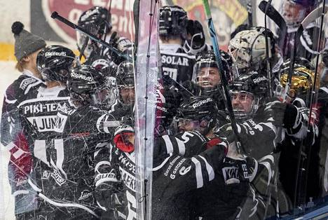 TPS:n pelaajat kerääntyivät Eemil Viron ympärille, joka teki jatkoerän voittomaalin HIFK:ta vastaan.