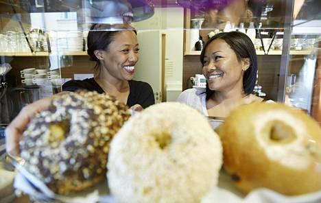 Sharron Todd (vas.) ja Brenda Todd perustivat Brooklyn Cafén Helsingin Viiskulmaan vuonna 2011. Talousvaikeudet ovat varjostaneet yritystä alusta saakka, mutta nyt velkojen kanssa taisteleminen on takana päin.