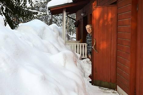Eläkkeellä oleva opettaja Matti Lehtola omakotitalossaan Inarissa lumen keskellä.