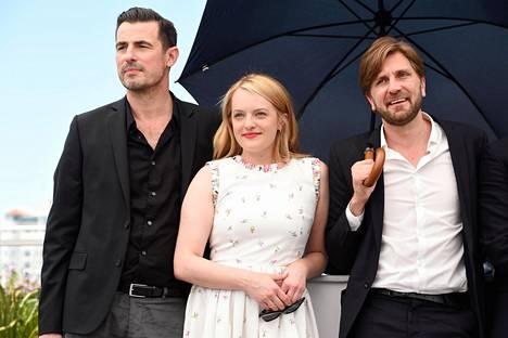 The Square -elokuvan näyttelijät Claes Bang ja Elisabeth Moss sekä ohjaaja-käsikirjoittaja Ruben Östlund kuvattin lauantaina Cannesissa.