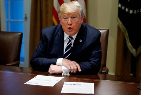 """Donald Trumpin elokuinen twiitti lisäsi hakuja sanaparille """"obstruction of justice"""" eli oikeuden estäminen."""