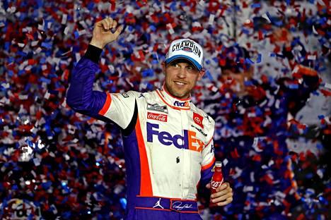Denny Hamlin juhli voittoa melko hillitysti.