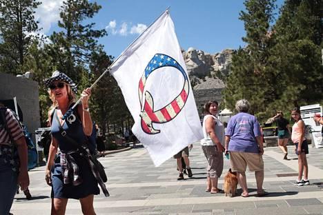 Presidentti Donald Trumpin kannattaja heilutti QAnon-lippua Mount Rushmore -muistomerkin luona heinäkuun alussa.