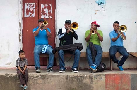 Chicheros-muusikot virittelevät soittimiaan maanantaina Nicaraguan San Juan de Orientessa, jossa juhlittiin paikallista juhannusta eli San Juan Bautista -juhlaa.