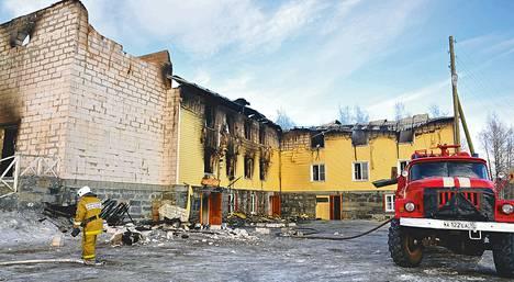 Kirkko paloi kivijalkaan, jäljelle jäivät vain alakerran majoitus- ja oleskelutilat. Sammutusyksiköt hälytettiin paikalle läheltä Sortavalasta.