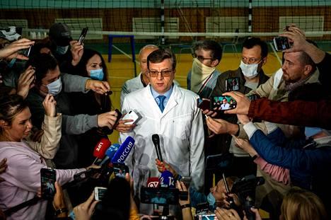 Siperialaisen sairaalan johtava lääkäri Aleksandr Murahovski tiedotustilaisuudessa perjantaina. Hänen mukaansa Navalnyi on liian sairas siirrettäväksi Berliiniin.